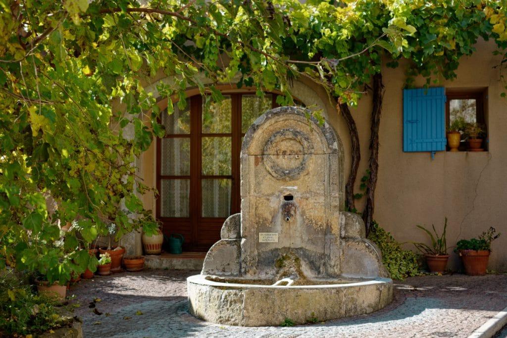 Fontaine rue du portail Matheron -Beaumont-de-Pertuis. Vaucluse
