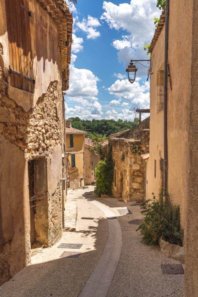 La rue du Portail Romieu de La Tour d aigues