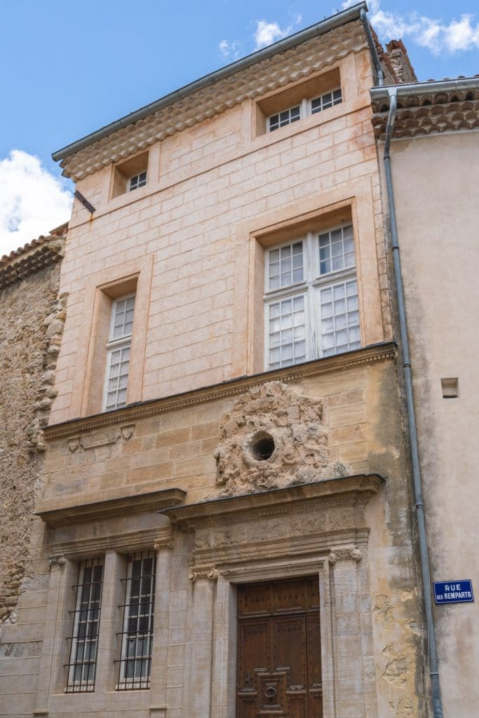 Belle facade de la tour d aigues
