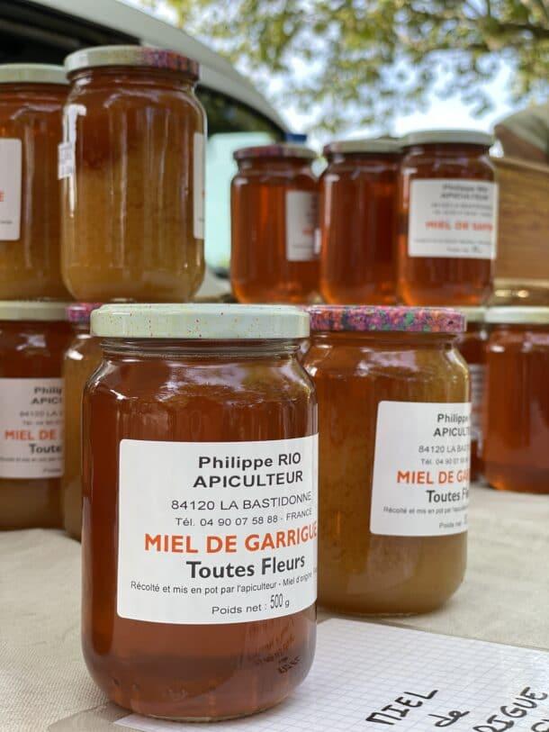 Pot de miel sur les stands de marché